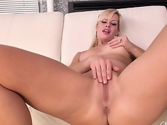 Cute peaches Tara Lynn Fox fingers plus toys, shows off an obstacle con aggravation